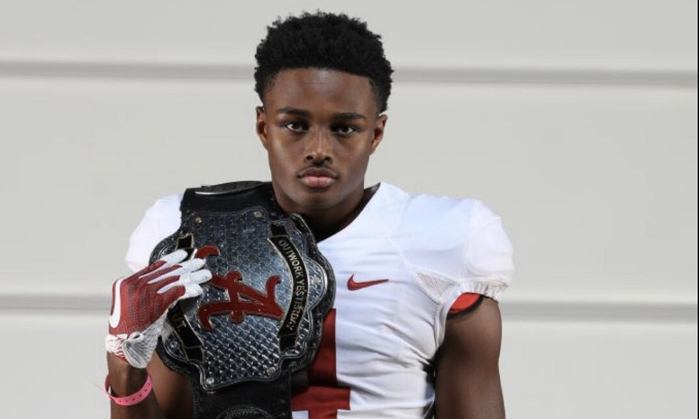 Dallas Turner poses for picture with Alabama belt during visit