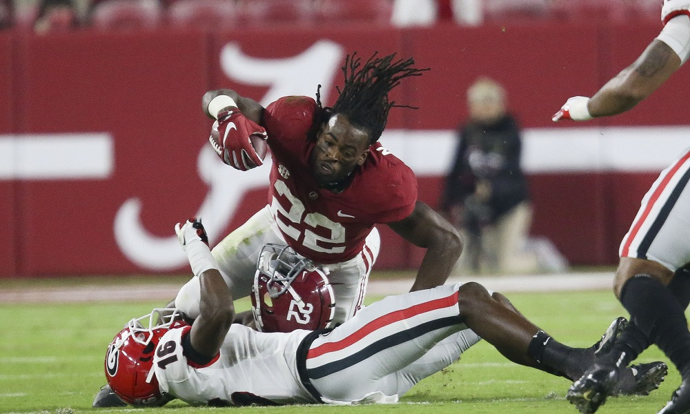 Alabama RB Najee Harris loses helmet during run against Georgia.