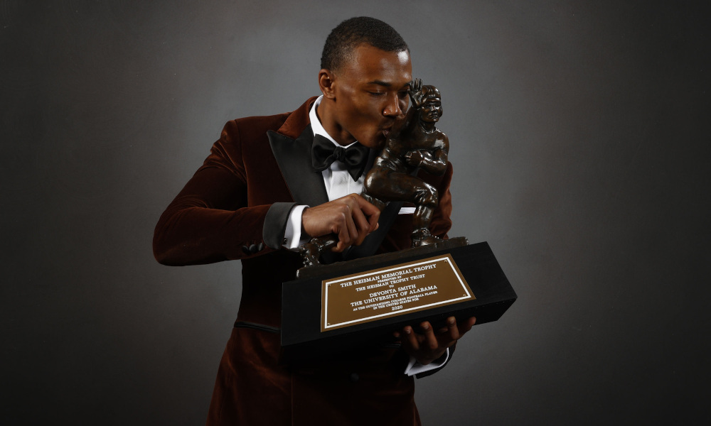 Devonta Smith kisses 2020 Heisman Trophy