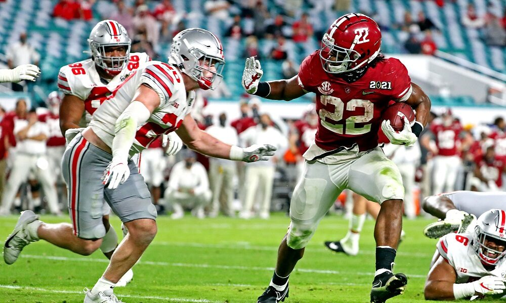 Najee Harris runs against Ohio State defenders in CFP National Championship Game
